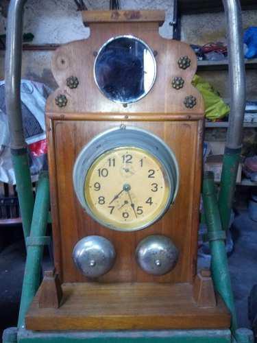 Reloj de madera con base y espejo antiguo