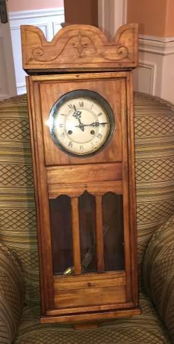 Reloj de pared de roble antiguo