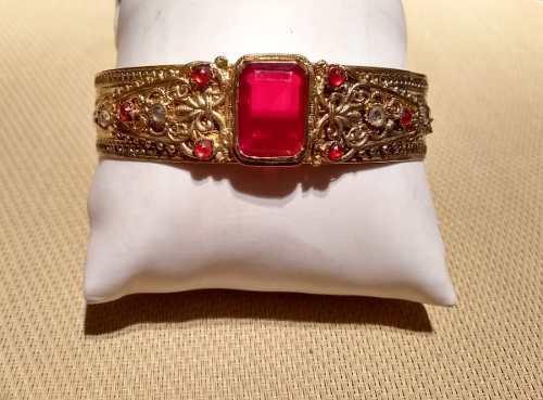 Antigua pulsera brazalete enchapada en oro gran piedra roja