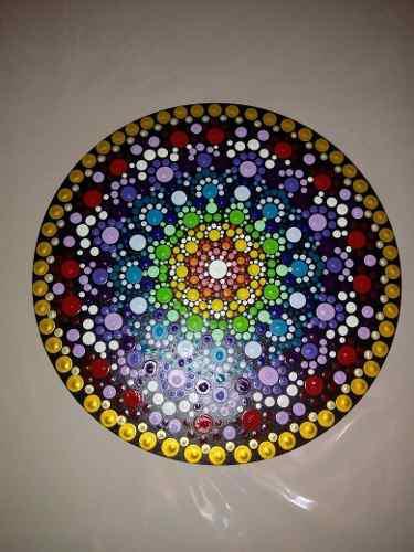 Mandala pintado a mano sobre madera