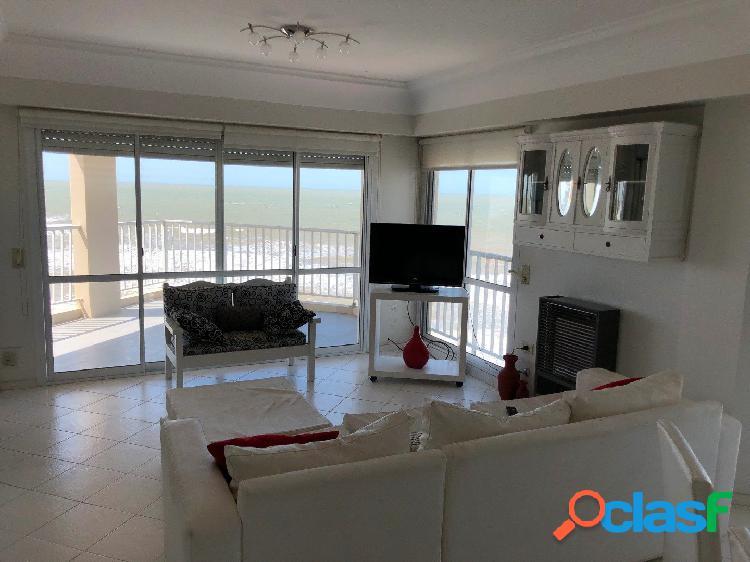 Espectacular semipiso frente al mar de 3/4 dormitorios y 3 baños, doble cochera, balcón, parrilla y pileta.