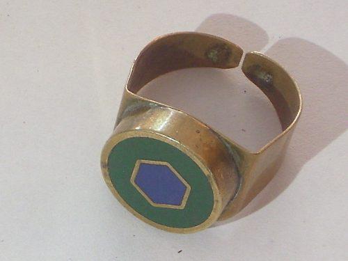 Antiguo anillo de bronce con centro esmaltado color verde