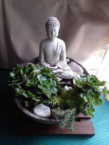 Jardin zen con buda y plantas naturales