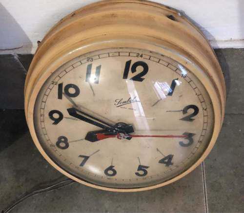 Antiguo reloj de pared eléctrico diseñó vintage