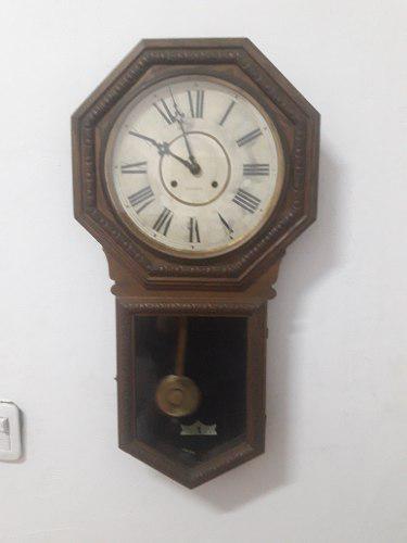 Antiguo reloj de pared funcionando