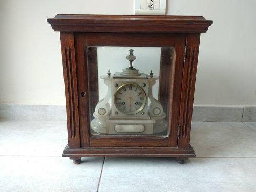 Antiguo reloj de péndulo con caja de roble