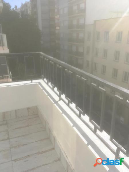 Semipiso amplio luminoso c/ balcón a la calle. estilo moderno