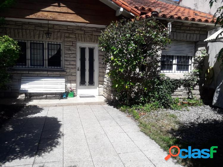 Chalet z/ chauvin. 3 dormit- cocina comedor. patio. jardin de retiro. habitaciòn y baño de servicio