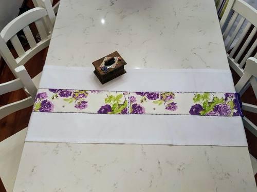 Camino de mesa blanco flores violeta borlas