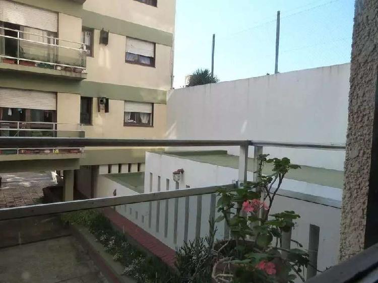 Departamento 2 amb. c/balcón saliente y cochera . cfte