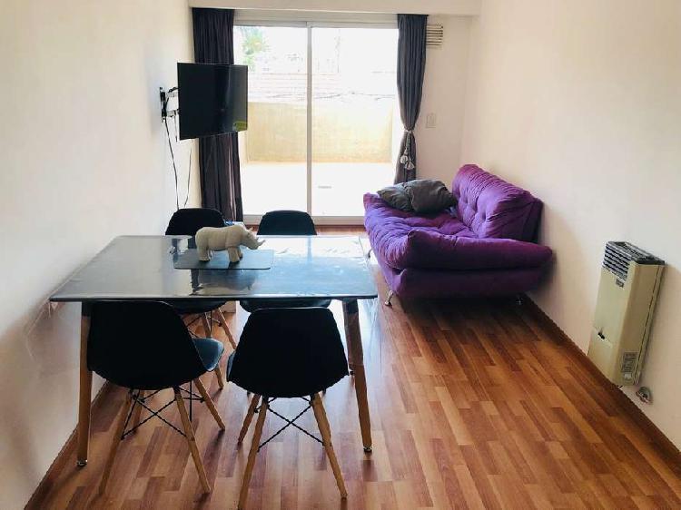 Departamento un dormitorio con balcon + parrillero y cochera