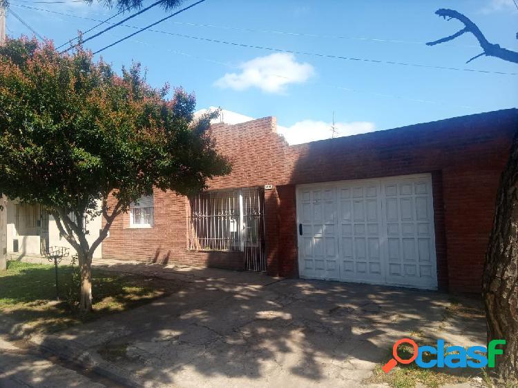 Casa 3 amb. garaje. patio. 143 m2. 88m2cub. dellepiane 2500