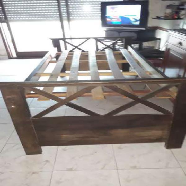 Cama de madera dura