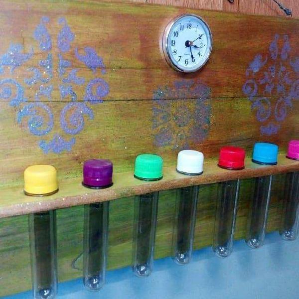 Especiero artesanal en madera con tubos y reloj