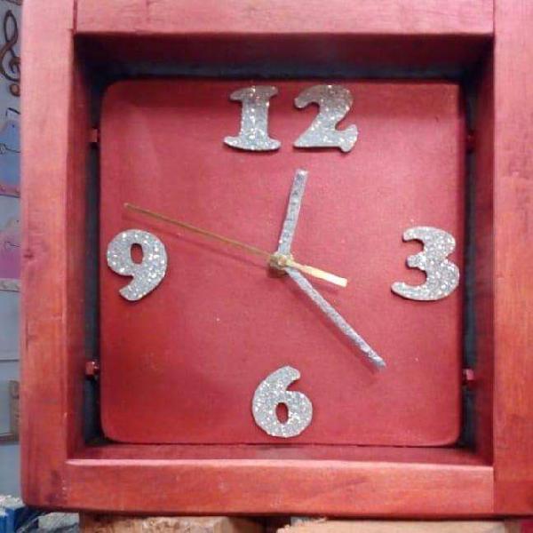 Reloj artesanal en madera pintada, barnizada y decorada