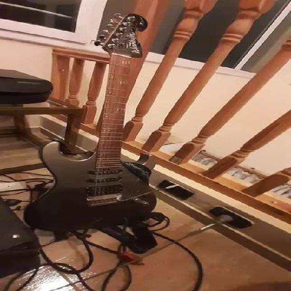 Guitarra eléctrica con amplificador y pedal