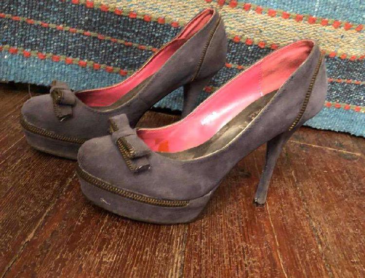 Zapatos extyn italianos color azul violáceo. 14 cm de taco