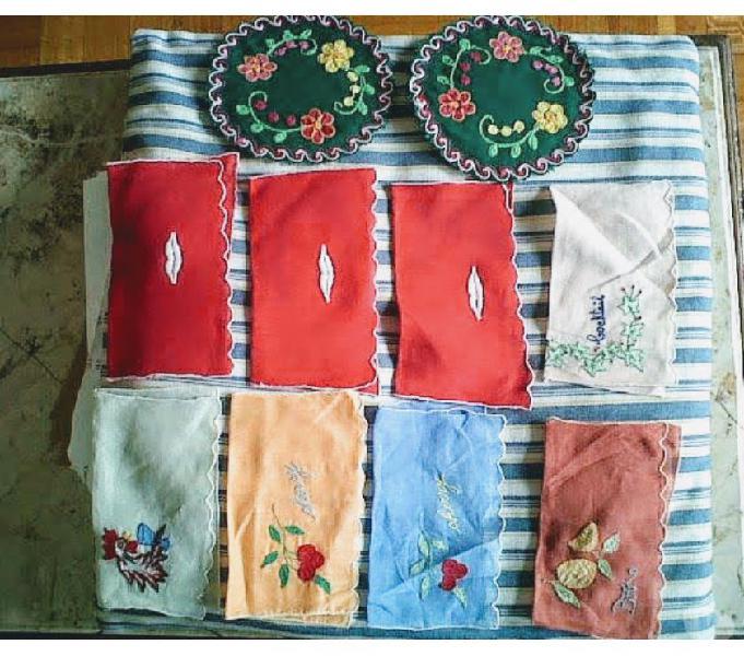 Lote de servilletas y porta vasos bordados