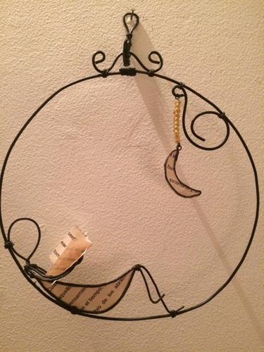 Adorno para pared en alambre. artesanía a mano