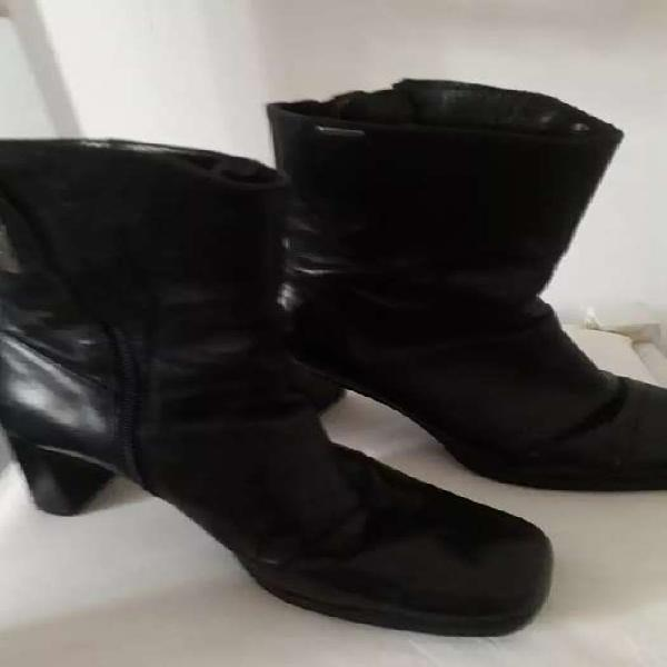 Vendo bota corta negra