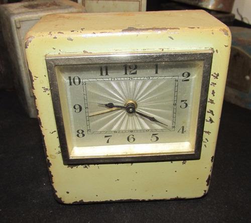 Antigua alcancia con reloj incorporado, o reloj con alcancia