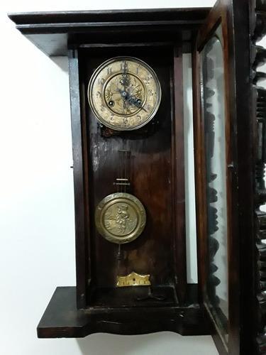 Antiguo reloj de pared a péndulo funciona