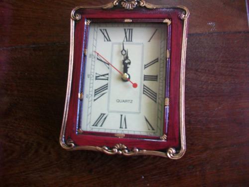 Reloj de mesa retro antiguo a pilas (retro vintage)
