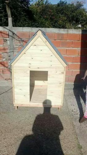 Casitas de madera con techo de chapa para perros