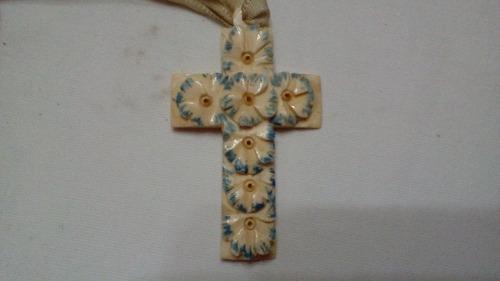 Antigua cruz tallada en hueso con flores