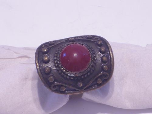 Antiguo anillo dorado forma oval con acrilico rojo central