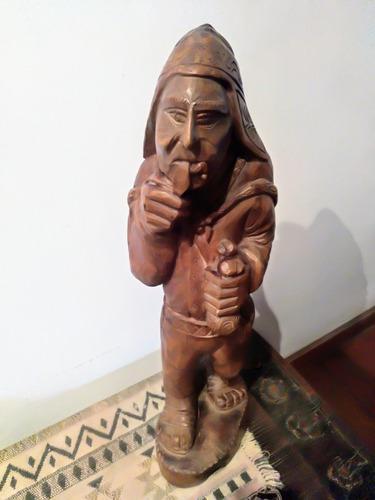 Antigua talla en madera peruana de coya indígena.