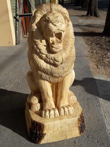 Escultura de león en madera