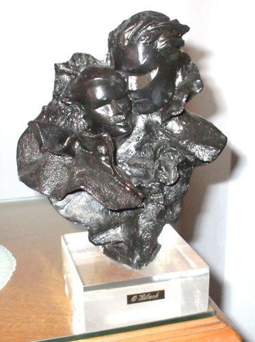 Escultura levantada a mano. amantes. o' black