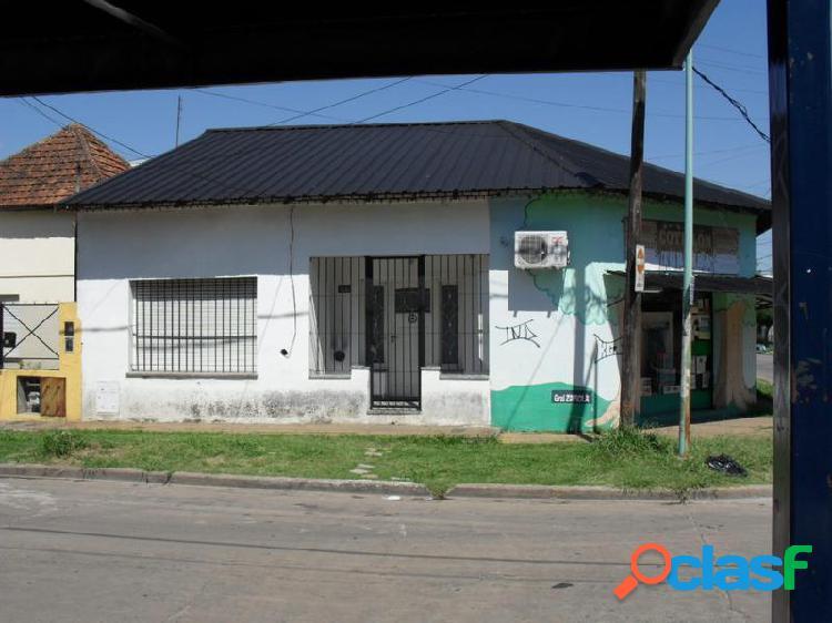 Casa de dos dormitorios con entrada para dos vehiculos. frente al pallotti de turdera