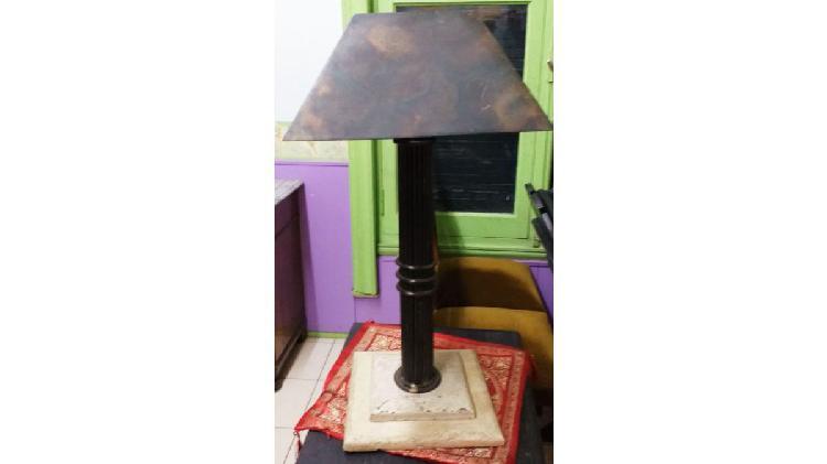 Vendo lampara de mesa de hierro y marmol. nalo.