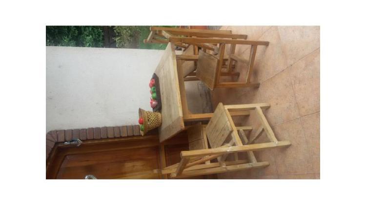 Seis sillas y dos mesas de madera