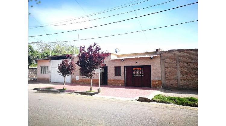 "Adyacente l. moyano::hermosa casa (""ubicadísima"")."