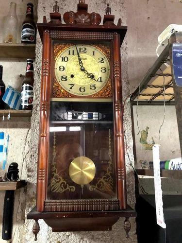 Antiguo reloj de pendulo con soneria madera funcionando