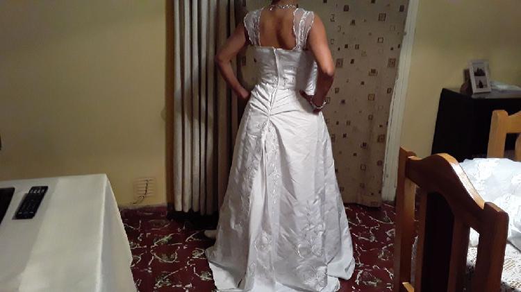 Vestido de novia, tela primera calidad, bordado con