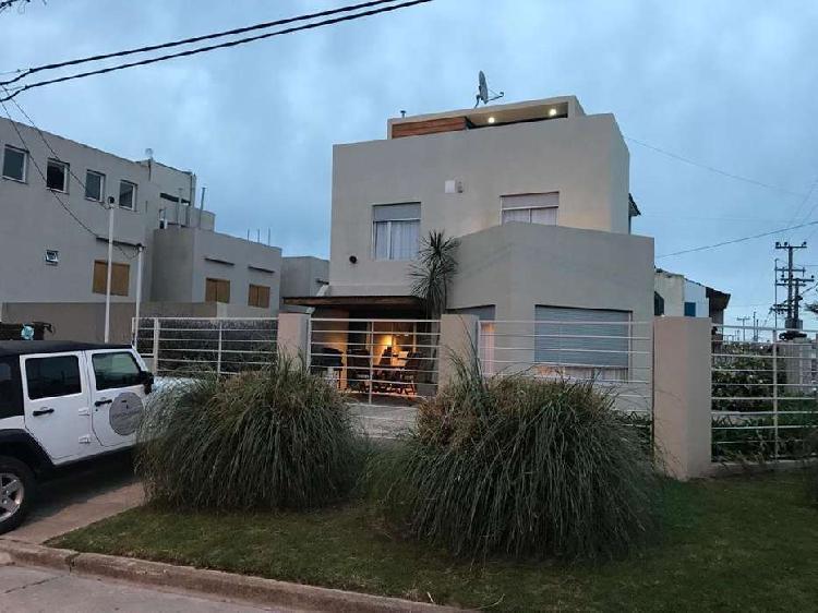 Casa 3 ambientes modernos con entrada de auto y terraza.