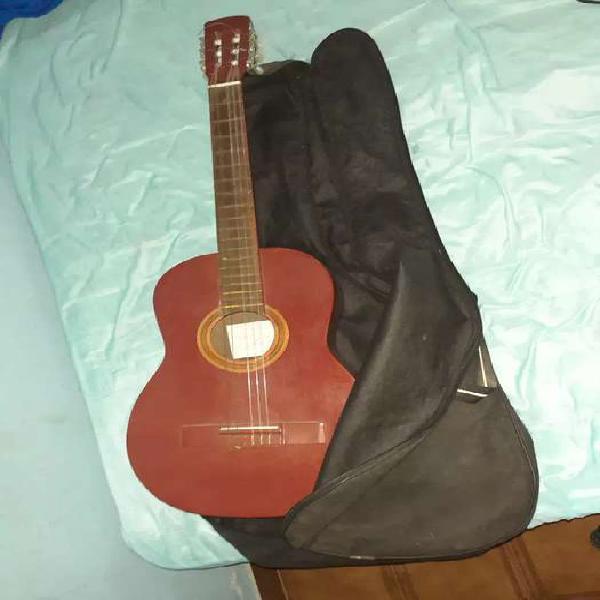 Vendo guitarra acústica con funda para transportar.