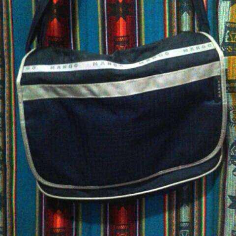 Bolso color azul acero con franjas reflejantes.