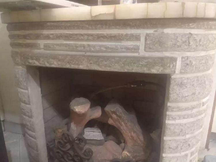Hogar a gas natural / símil leños / superficie de marmol