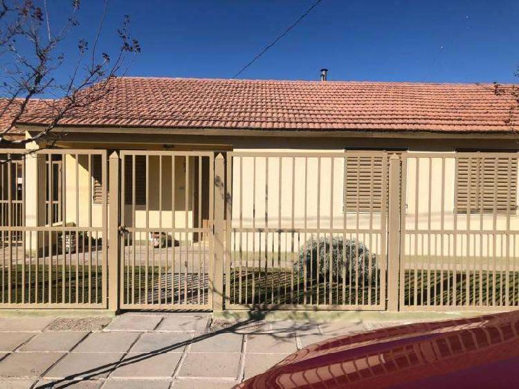 Venta casa 3 dorm + monoambiente. amplio patio