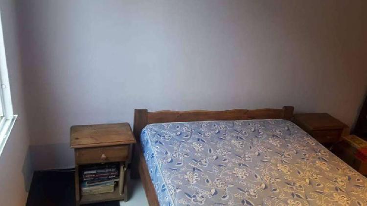 Juego de dormitorio , colchon y dos mesas de luz