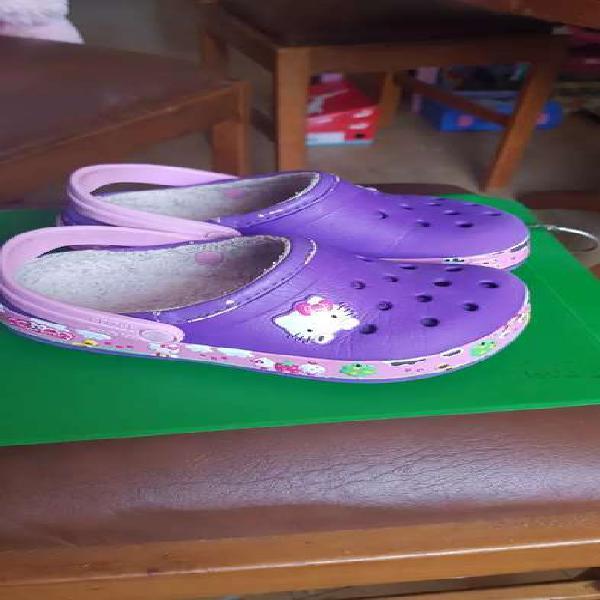 Crocs originales con abrigo.