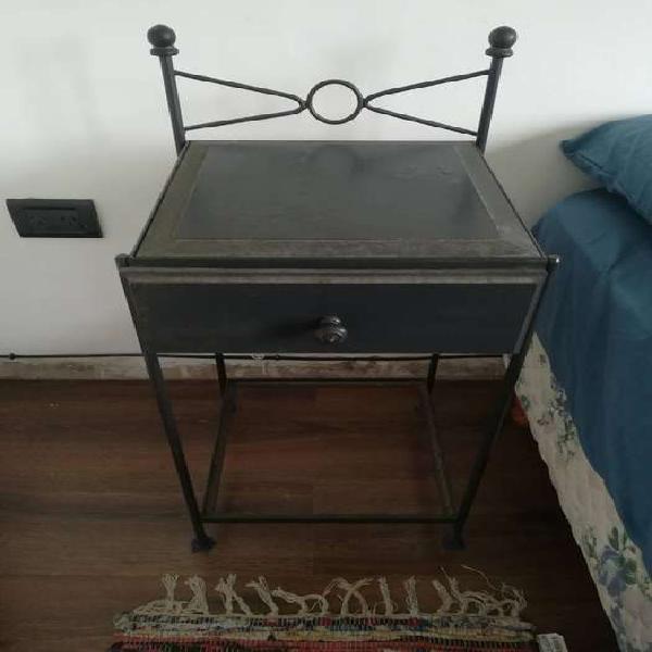 Mesa de luz de hierro / madera / vidrio / con amplio cajón