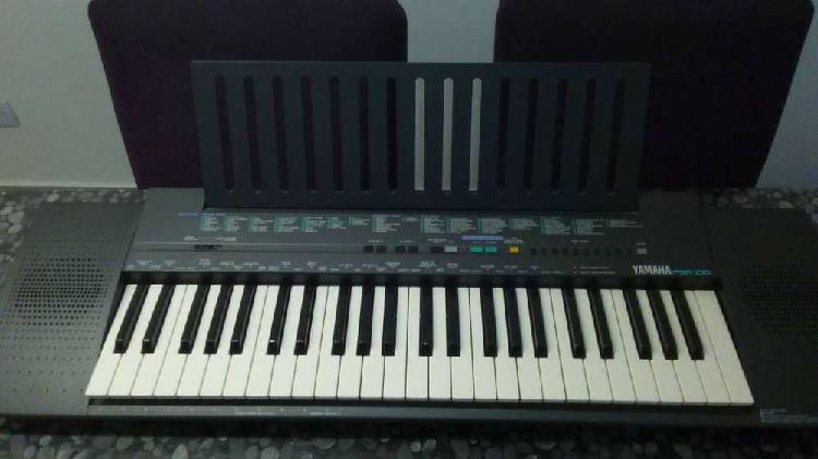 Piano teclado yamaha psr-100 con su mesa.