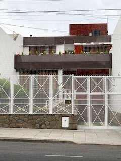 Casa amplia con dependencia, cocheras, fondo libre