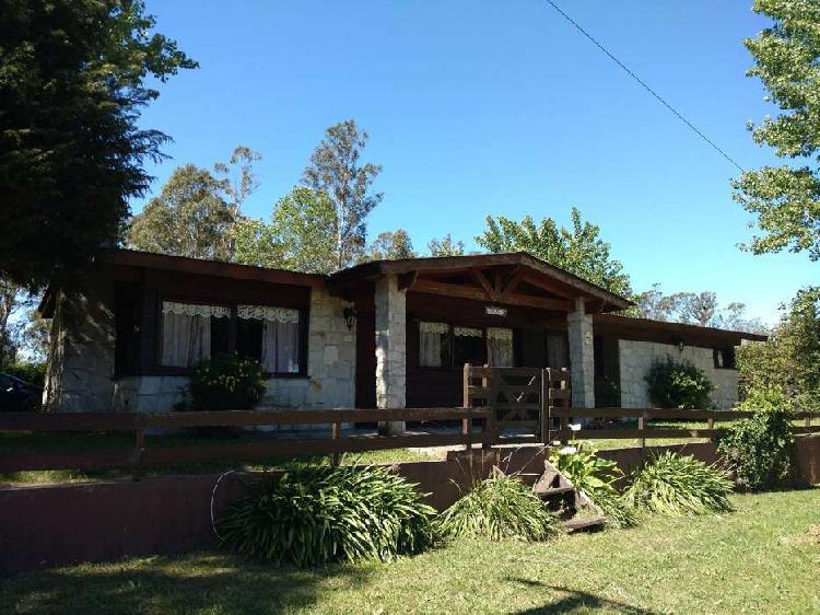 Casa estilo cabaña con pileta y quincho